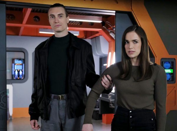 agents-de-bouclier-elizabeth-henstridge-james-paxton-scaled.jpg